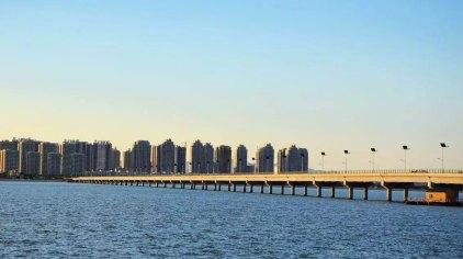 项目紧邻海阳万米金沙滩,填海围堰形成,陆域总面积183公顷,是离岸式