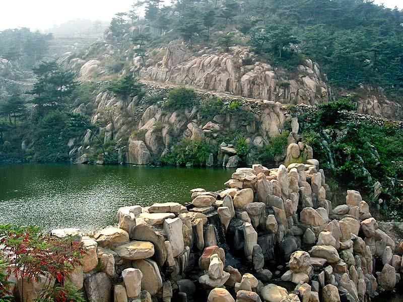水帘峡风景区位于济南市历城区的柳埠镇